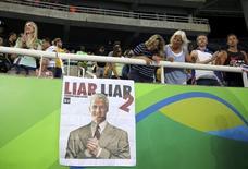 Cartaz chamando Ryan Lochte de mentiroso no Estádio Olímpico do Rio. 18/08/2016 REUTERS/Dominic Ebenbichler