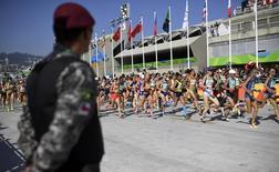 Homem da Força Nacional de Segurança observa maratona feminina dos Jogos do Rio.  REUTERS/Dylan Martinez