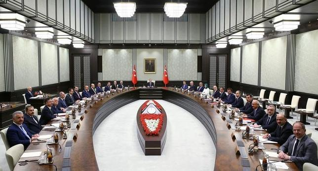 Turkey's President Tayyip Erdogan (C) chairs a cabinet meeting with Prime Minister Binali Yildirim (13th L) and ministers at the Presidential Palace in Ankara, Turkey, August 15, 2016. Kayhan Ozer/Presidential Palace/Handout via REUTERS