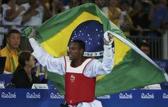 Brasileiro Maicon Siqueira comemora medalha de bronze conquistada na Rio 2016 20/08/2016 REUTERS/Issei Kato