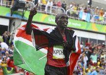 Kipchoge comemora vitória na maratona.  21/08/2016.   REUTERS/Lucy Nicholson