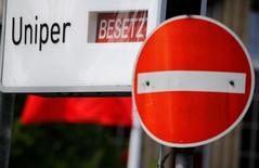 Uniper, que le géant allemand de l'électricité E.ON s'apprête à scinder, réduira ses coûts et ses effectifs cette année afin de tenir sa promesse de verser pour 200 millions d'euros de dividende. /Photo prise le 8 juin 2016/REUTERS/Wolfgang Rattay