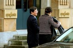 En la foto de archivo, Ren Jianxin (izq), presidente de ChemChina, llega a la sede de Syngenta en Basilea el 3 de febrero de 2016. Un panel de seguridad nacional estadounidense aprobó la compra en 43.000 millones de dólares del grupo suizo de pesticidas y semillas Syngenta por parte de ChemChina, dijeron ambas compañías, lo que aumenta las posibilidades de que la mayor adquisición extranjera de una firma china concluya con éxito. REUTERS/Arnd Wiegmann