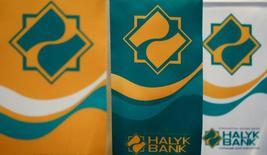 Логотип Халык-Банка в его центральном офисе в Алма-Ате. 12 апреля 2016 года. Второй по величине активов в Казахстане Халык-Банк увеличил прогноз прибыли в 2016 году до более 100 миллиардов тенге с прежнего прогноза 60-80 миллиардов тенге, сообщил банк. REUTERS/Shamil Zhumatov