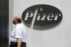 La farmacéutica Pfizer Inc dijo que comprará el fabricante estadounidense de medicamentos contra el cáncer Medivation Inc en una operación valorada en alrededor de 14.000 millones de dólares, con el propósito de aumentar su cartera de oncología. En la imagen, el logotipo de Pfizer en su sede en Manhattan, Nueva York, EEUU, el 1 de agosto de 2016.  REUTERS/Andrew Kelly