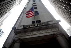 La Bourse de New York a ouvert en baisse lundi, les investisseurs adoptant une position d'attente avant un discours de Janet Yellen prévu vendredi. Dans les premiers échanges, le Dow Jones perd 0,43% à 18.472,10 points. Le Standard & Poor's 500, plus large, recule de 0,33% et le Nasdaq Composite cède 0,24%. /Photo d'archives/REUTERS/Eric Thayer