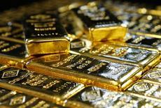 Слитки золота на заводе 'Oegussa' в Вене. 18 марта 2016 года. Золото дешевеет в понедельник после комментариев чиновников ФРС об улучшении состояния экономики США, усиливших уверенность рынка в повышении процентных ставок в этом году. REUTERS/Leonhard Foeger