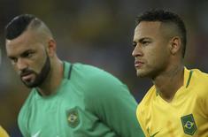 Weverton e Neymar, da seleção olímpica, que foram convocados por Tite. 20/08/2016 REUTERS/Marcos Brindicci