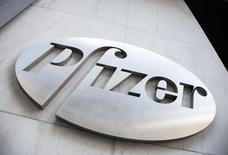 Логотип Pfizer на здании, в котором расположена штаб-квартира компании. Нью-Йорк, 28 апреля 2014 года. Фармкомпания Pfizer Inc сообщила в понедельник, что купит американского производителя лекарств от рака Medivation Inc, сделка оценивается примерно в $14 миллиардов. REUTERS/Andrew Kelly/File photo