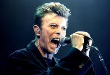 David Bowie durante show em Viena  4/2/1996 REUTERS/Leonhard Foeger/File Photo