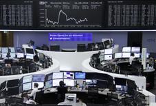 Operadores trabajando en la Bolsa de Fráncfort, Alemania. 16 de agosto de 2016. Las acciones europeas se recuperaron y cerraron con ganancias el lunes, lideradas por los papeles de Syngenta, que subieron luego de que reguladores de Estados Unidos dieron la aprobación para que la compañía química suiza sea adquirida por ChemChina. REUTERS/Staff/Remote