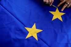 La actividad del sector privado de la zona euro se mantenía estable en agosto, aunque a un nivel débil, pero los fabricantes podrían enfrentarse a un septiembre más complicado mientras se tambaleaba el crecimiento de los nuevos pedidos, mostró el martes una encuesta. En la imagen de archivo, una sastre búlgara confecciona banderas de la UE en Parvomai, Bulgaria. REUTERS/Stoyan Nenov