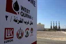 Логотип Лукойла на месторождении Западная Курна-2 в Ираке 29 марта 2014 года. Министр нефти Ирака Джаббар аль-Лаиби во вторник попросил иностранные компании увеличить добычу и экспорт нефти и газа для того, чтобы страна, входящая в ОПЕК, смогла нарастить доходы, сказал Рейтер представитель министра Асим Джихад. REUTERS/Essam Al-Sudani