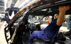 Un empleado en una fábrica de coches en Alemania, el 22 de enero de 2016. El crecimiento del sector privado alemán se ralentizó en agosto, pero continuó robusto en su conjunto, mostró un sondeo publicado el martes que sugiere que la mayor economía de Europa seguirá expandiéndose en los meses estivales tras crecer más de lo previsto en el segundo trimestre. REUTERS/Kai Pfaffenbach/File