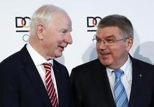 Foto de arquivo de Patrick Hickey (E), membro do Comitê Olímpico Internacional (COI), ao lado do presidente da entidade, Thomas Bach (D), em Frankfurt 20/05/2016 REUTERS/Kai Pfaffenbach/Files