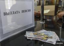 Окно для пенсионных выплат на почте в Симферополе 25 марта 2014 года. Решение правительства России о разовой выплате пенсионерам в следующем году не является основанием для пересмотра инфляционных прогнозов и не создает дополнительных рисков для достижения цели инфляции в 4 процента в 2017 году, сообщила пресс служба ЦБ РФ во вторник, отвечая на запрос Рейтер. REUTERS/Shamil Zhumatov