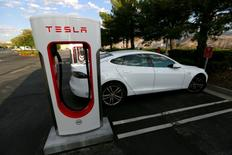 A Tesla Model S charges at a Tesla Supercharger station in Cabazon, California, U.S. May 18, 2016.  REUTERS/Sam Mircovich/File Photo