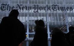 Люди в очереди на такси у редакции газеты New York Times в Нью-Йорке 7 февраля 2013 года. ФБР и другие американские спецслужбы расследуют кибератаки, целями которыми явились газета New York Times и другие СМИ, заподозрив хакеров, работающих на российскую разведку, сообщил CNN со ссылкой на неназванных чиновников. REUTERS/Carlo Allegri