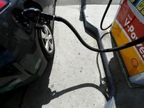 Los precios del crudo caían el miércoles tras un aumento inesperado en los inventarios petroleros en Estados Unidos, lo que reavivó las preocupaciones sobre un exceso de oferta que ha contenido los precios durante los últimos dos años. En la imagen, un  coche llena el depósito de gasolina en California, el 4 de agosto de 2015. REUTERS/Mike Blake