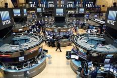 Operadores trabajando en la Bolsa de Nueva York, Estados Unidos. 23 de agosto de 2016. Las acciones bajaban el miércoles en Wall Street, lideradas por sectores defensivos y el tecnológico mientras los inversores evaluaban la posibilidad de un alza de tasas de interés en los próximos meses. REUTERS/Brendan McDermid