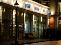 Отделение Ситибанка в центре Москвы, захваченное мужчиной, угрожавшим привести в действие взрывное устройство; 24 августа 2016 года. Взявший в заложники четверых в отделении банка в центре Москвы человек, угрожавший взрывом, сдался властям после четырех часов переговоров, сообщили очевидцы. REUTERS/Maxim Shemetov
