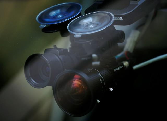 Câmeras que lêem semáforos são montados dentro de um táxi auto-condução nuTonomy durante o seu julgamento público em Singapura 25 de agosto de 2016. REUTERS / Edgar Su
