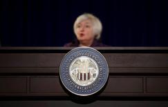 Mientras los mercados esperan el próximo mensaje de Janet Yellen sobre el rumbo de la política monetaria, la jefa de la Reserva Federal y sus colegas ya tienen uno para los políticos: la economía estadounidense requiere más gasto público para acelerar la marcha. En la imagen de archivo, la presidenta de la Fed, Janet Yellen, en una conferencia de prensa en Washington. REUTERS/Carlos Barria