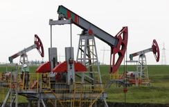 Нефтяной насос на месторождении Бузовязовское. Цены на нефть снизились в четверг, поскольку рынок сосредоточился на избытке предложения, а надежды на заморозку производства развеялись.  REUTERS/Sergei Karpukhin/File Photo