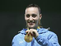 Atiradora grega Anna Korakaki exibe medalha de ouro conquistada no Rio. 09/08/2016 REUTERS/Edgard Garrido