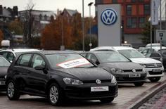 Autos Volkswagen estacionados en una concesionaria de la compañía en Londres. 5 de noviembre de 2015. Volkswagen AG acordó gastar más de 1.200 millones de dólares para compensar a sus 650 concesionarios en Estados Unidos por sus pérdidas tras el escándalo de las emisiones de los motores diésel de la automotriz alemana, dijeron el jueves dos fuentes conocedoras del asunto. REUTERS/Suzanne Plunkett/File Photo