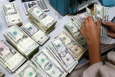 Um funcionário conta notas de dólar em banco na Tailândia 112/05/2016