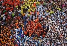 Devotees form a human pyramid to celebrate the festival of Janmashtami, marking the birth anniversary of Hindu Lord Krishna, in Mumbai, India August 25, 2016. REUTERS/Shailesh Andrade