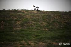 Станок-качалка под Бейкерсфилдом, Калифорния 17 января 2015 года. Цены на нефть упали в часы ранних торгов пятницы, после того как министр энергетики Саудовской Аравии охладил ожидания масштабной интервенции нефтедобытчиков после переговоров в сентябре. REUTERS/Lucy Nicholson