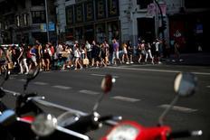 Las ventas minoristas moderaron su subida en julio, según datos presentados el viernes por el Instituto Nacional de Estadística (INE), aunque enlazaron 24 meses consecutivos de alzas. En la imagen de archivo, personas cruzando la calle en la Gran Vía de Madrid. REUTERS/Susana Vera/File Photo