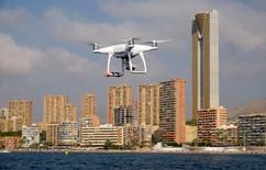 Drone equipado com câmeras utilizado pela polícia em tarefas de monitoramento voa em frente à praia de Poniente, em  Benidorm, Espanha 18/08/2016 REUTERS/Heino Kalis