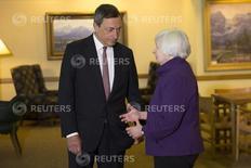 La presidenta de la Reserva Federal de Estados Unidos, Janet Yellen, conversa con el jefe del Banco Central Europeo, Mario Draghi, en el marco del simposio económico de Jackson Hole, Wyoming.  REUTERS/David Stubbs