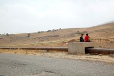 Boys sit on the Iraqi-Turkish pipeline in Zakho district of the Dohuk Governorate of the Iraqi Kurdistan province, Iraq, August 28, 2016.  REUTERS/Ari Jalal