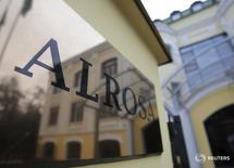 Вывеска у входа в офис Алросы в Москве 2 октября 2013 года. Алроса увеличила ключевые финансовые показатели по итогам первого полугодия 2016 года благодаря снижению курса рубля, сообщил в пятницу крупнейший в мире добытчик алмазов в каратах. REUTERS/Tatyana Makeyeva