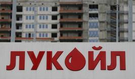 Логотип Лукойла на АЗС компании в Москве. 6 июня 2016 года. Крупнейшая в России частная нефтекомпания Лукойл сократила чистую прибыль по МСФО во втором квартале 2016 года на 2 процента в годовом сравнении до 62,57 миллиарда рублей в основном из-за падения цен на углеводороды. REUTERS/Maxim Shemetov
