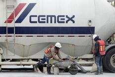 Trabajadores de la cementera mexicana Cemex en la planta de la compañía en Monterrey. 24 de febrero de 2015. La gigante cementera mexicana Cemex dijo el lunes que se quedaría con un 23 por ciento de participación en el Grupo Cementos de Chihuahua (GCC), un activo de unos 200 millones de dólares que consideraría dentro de su plan de desinversiones. REUTERS/Daniel Becerril