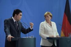 Президент Туркмении Курбанкули Бердымухамедов и канцлер Германии Ангела Меркель на пресс-конференциив Берлине 29 августа 2016 года. Туркмения обсуждает возможность диверсификации экспортных поставок газа и продажи газа странам Европейского союза. REUTERS/Stefanie Loos