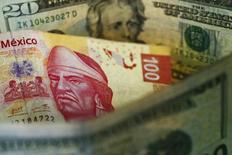 Fotografía ilustrativa que muestra un billete de 100 pesos mexicanos, y uno de 20 dólares estadounidenses, en Ciudad de México. 10 de marzo de 2015. La moneda de México cerraría 2017 cotizando en 19.80 por dólar debido a un deterioro en las perspectivas del mercado petrolero y su impacto en la cuenta corriente del país, estimó el banco local Banorte-IXE en un reporte publicado el lunes. REUTERS/Edgard Garrido
