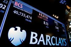 Табло с котировками акций банка Barclays на Нью-Йоркской фондовой бирже 24 июня 2016 года. Федеральная резервная система США сообщила в понедельник, что оштрафовала на $1,2 миллиона бывшего трейдера банка Barclays Plc за манипулирование рынком при торгах иностранной валютой. REUTERS/Lucas Jackson