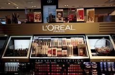 L'Oréal, à suivre mardi à la Bourse de Paris, n'a pas été épargné par les vents contraires qui soufflent sur le marché mondial du luxe et a vu ses résultats décrocher en 2015. Le CAC 40 devrait ouvrir en hausse de 0,23% à 4.434,0 points. /Photo prise le 10 juin 2016/REUTERS/Eric Gaillard