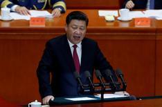 El presidente chino Xi Jinping da un discurso en la Asamblea Nacional en Pekín, China. 1 de julio de 2016. El presidente chino, Xi Jinping, llamó a realizar esfuerzos sólidos para avanzar en reformas, con necesidad de más enfoque en el papel de las reformas económicas, reportó Xinhua el martes, citando un comunicado de una reunión de un grupo que supervisa la profundización de reformas generales, encabezado por Xi. REUTERS/Kim Kyung-Hoon