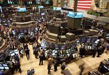 La Bourse de Wall Street a ouvert mardi proche de l'équilibre avec des investisseurs à la recherche d'indices sur le calendrier que choisira la Réserve fédérale pour relever ses taux d'intérêt. Le Dow Jones cède 0,01% à 18.501,89 points. Le Standard & Poor's 500, plus large, progresse de 0,01% et le Nasdaq Composite perd 0,05%. /Photo d'archives/REUTERS/Brendan McDermid