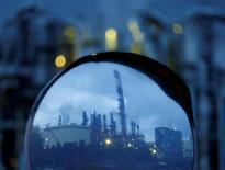 El crecimiento de la producción industrial de Japón se estancó en julio después de los avances que registró en junio, subrayando la fragilidad de la actividad fabril y los continuos desafíos que enfrentan los funcionarios para reactivar la economía. En la foto, chimeneas industriales refeljadas en un espejo en la zona industrial de Keihin en Kawasaki el 18 de agosto de 2016. REUTERS/Kim Kyung-Hoon
