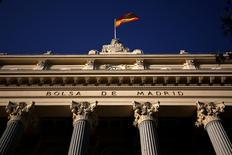El Ibex-35 de la bolsa española abrió el miércoles sin grandes cambios tras acercarse la víspera a los 8.700 puntos en un mercado pendiente del voto de investidura de esta tarde en el Congreso de los Diputados, ante el riesgo de que se vuelvan a convocar nuevas elecciones en el mes de diciembre. En la imagen de archivo, una bandera española en el edificio de la Bolsa de Madrid. REUTERS/Juan Medina
