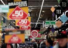 Объявления о скидках в гипермаркете Carrefour в Ницце. 6 апреля 2016 года. Инфляция в еврозоне оказалась стабильной в августе, вопреки ожиданиям небольшого роста - цены на продовольствие, промышленные товары и услуги выросли меньше, чем в июле, увеличив давление на ЕЦБ. REUTERS/Eric Gaillard
