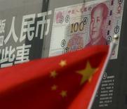 """La bandera de China vista en un distrito financiero en Pekín. 21 de enero de 2016. China necesitará """"arduos esfuerzos"""" para cumplir sus objetivos anuales y la economía sufrirá una presión continua durante el segundo semestre, dijo el miércoles la agencia estatal de noticias Xinhua, tras citar al presidente del máximo órgano de planificación estatal del país. REUTERS/Kim Kyung-Hoon/Files"""